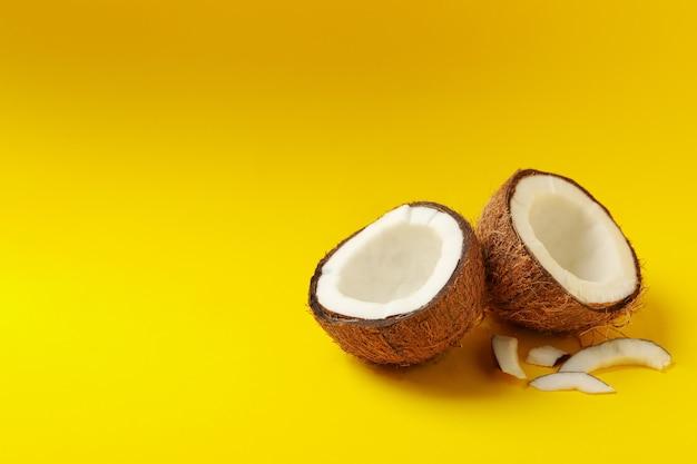 노란색 바탕에 맛있는 신선한 코코넛의 그룹