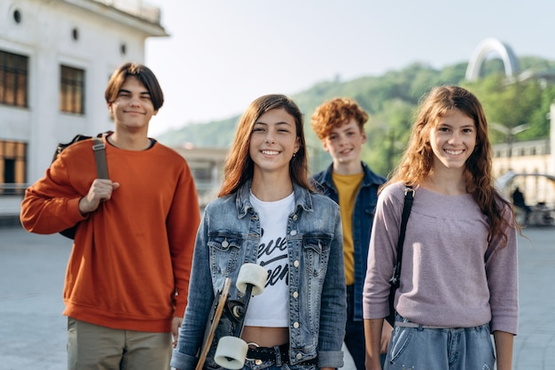 십대, 소년 소녀 그룹은 도시에서 즐거운 시간을 보냅니다. 귀엽고 웃는 아이들이 즐거워합니다.