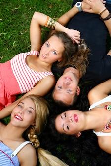 Группа подростков мальчиков и девочек