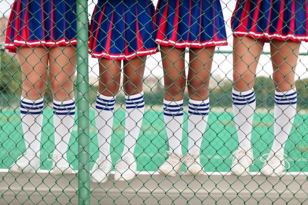 귀여운 치어 리더 유니폼을 입은 십대 그룹