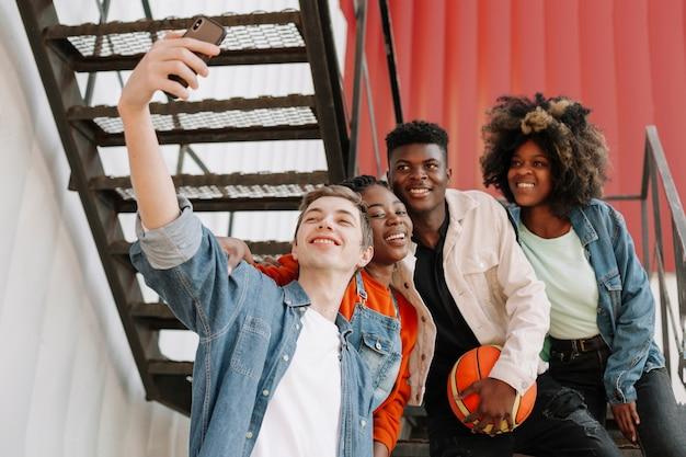 一緒に、selfieを取る10代の若者のグループ
