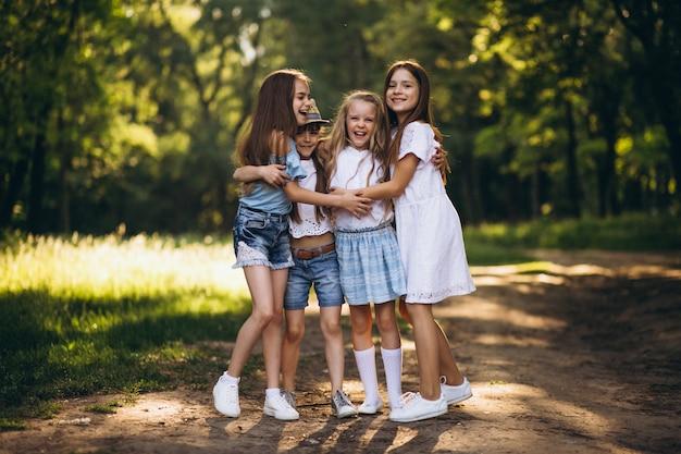 森林で楽しむ10代の女の子のグループ