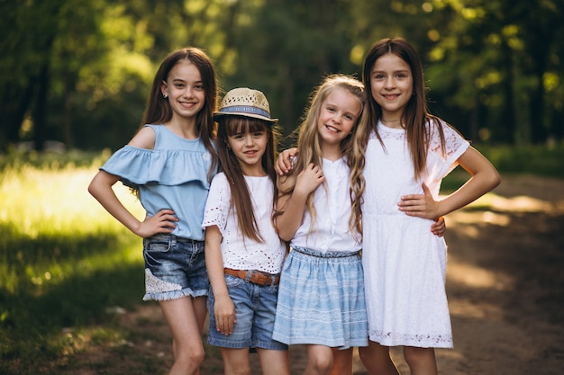 Группа подростков девушки, веселятся в лесу