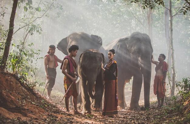 象とジャングルの中でタイの羊飼いのグループ。タイ文化からの歴史的なライフスタイルの瞬間