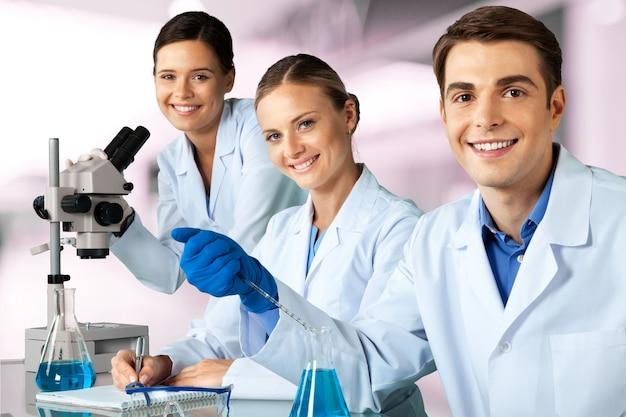 研究室で働いている科学者のグループ
