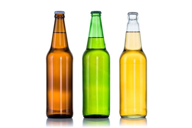 Группа из трех бутылок пива, изолированные на белом фоне