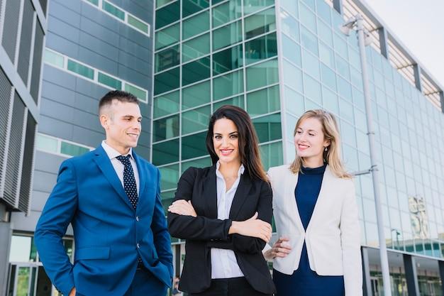 Группа из трех современных деловых людей
