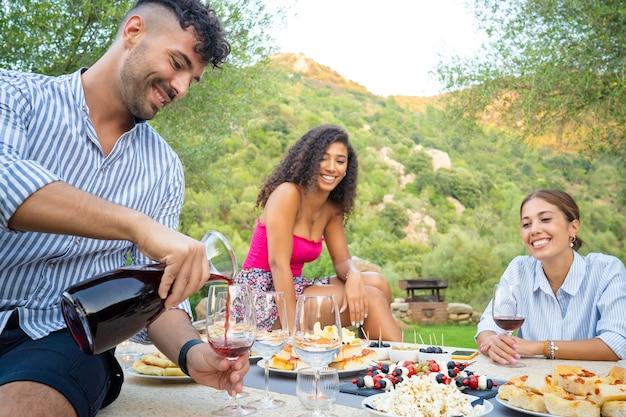 屋外を祝う3人の多民族の友人のグループ