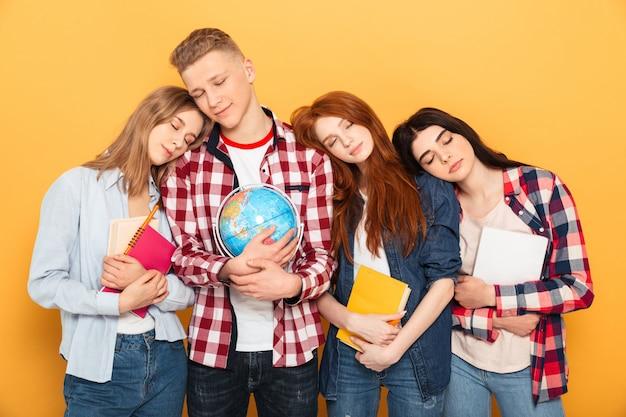 Группа усталых школьных друзей, спящих