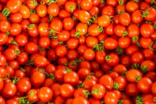 Группа помидоров на турецком рынке в анталии в турции. красные свежие помидоры фон
