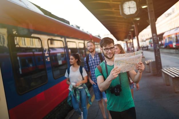 ヨーロッパを旅行する観光客の友人のグループ
