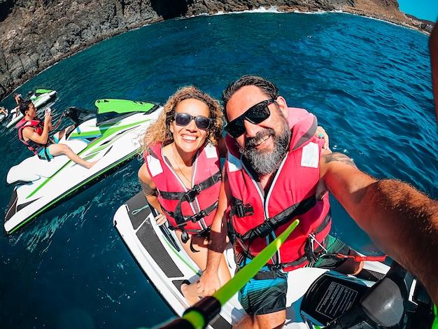 Группа друзей туристов развлекается с реактивным небом на голубой океанской воде
