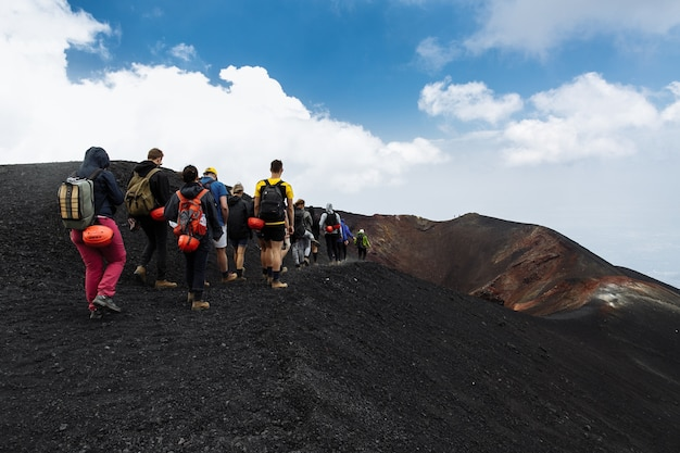 Группа туристов, путешествующих на вершине вулкана этна в сицилии, италия