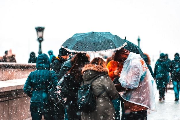 雪の日にガイドと一緒に観光客のグループ。ブダペスト、ハンガリー