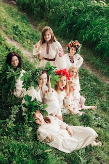 Группа традиционных украинских девушек, сидящих в лесу