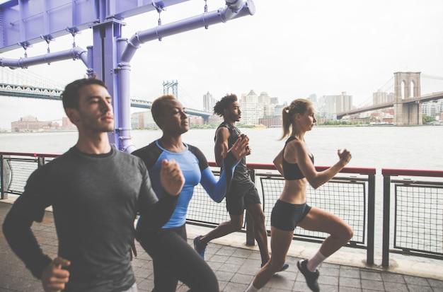 Группа городских бегунов, бегущих по улице в нью-йорке, концептуальные серии о спорте и фитнесе