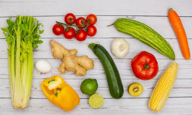 木のテーブルで野菜のグループ