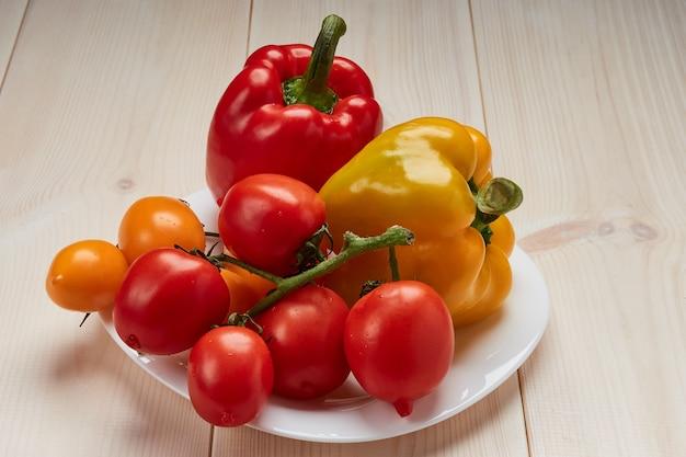 白い皿に野菜のグループ