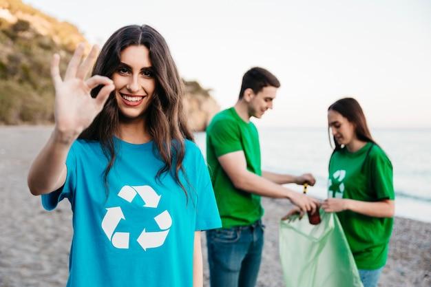 砂浜でゴミを集めるボランティアのグループ