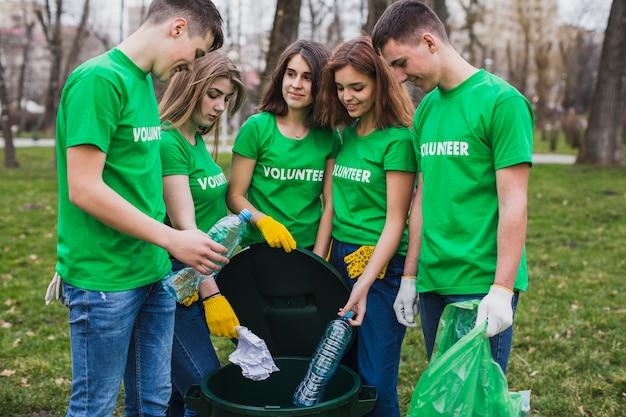 쓰레기를 수집하는 자원 봉사자의 그룹