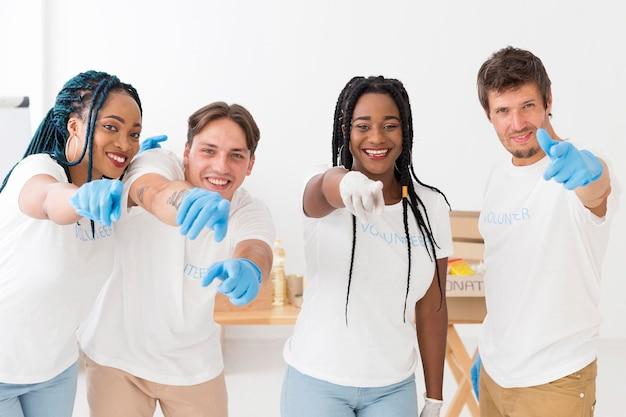 Группа добровольцев, указывающих перед ними