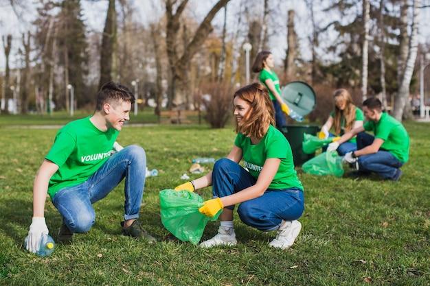 쓰레기 봉투와 자원 봉사자의 그룹
