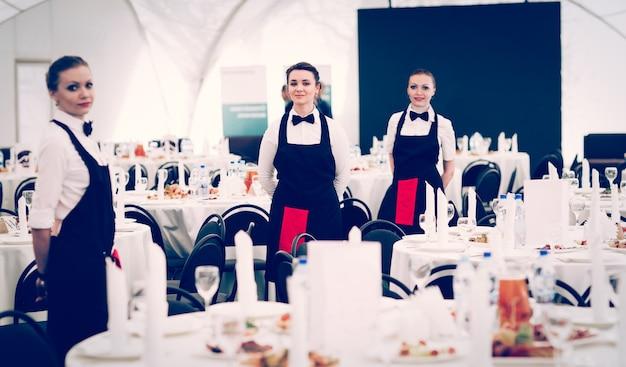 일류 레스토랑의 웨이터 그룹이 테이블을 제공했습니다.
