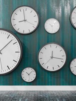 Группа настенных часов в деревянной стене, показывающих разные часы.