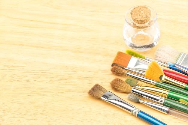 Группа акварельной кисти на деревянном столе, скопируйте место для добавления вашего контента
