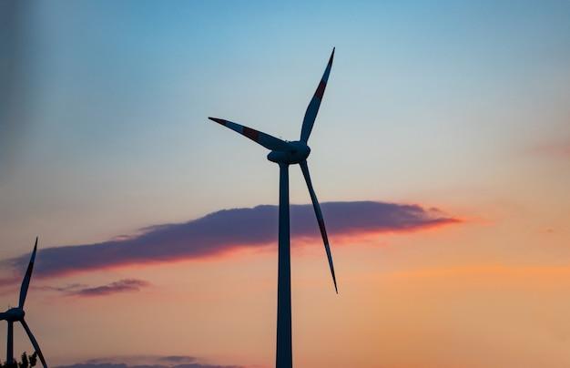재생 가능한 전기 에너지 생산을위한 풍차 그룹.