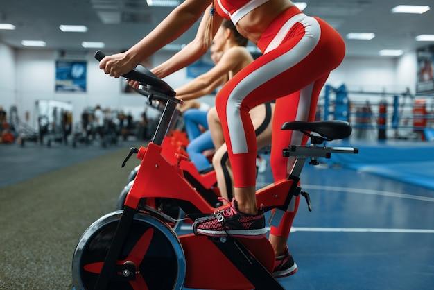 ジムでエアロバイクで運動をしている女性のグループ、底面図