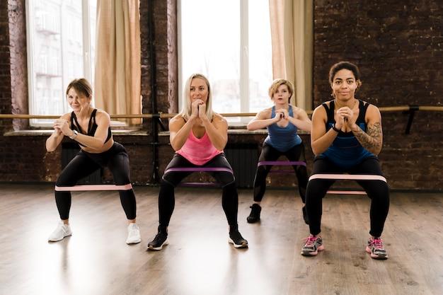 Группа женщин, занимающихся пилатес вместе в тренажерном зале