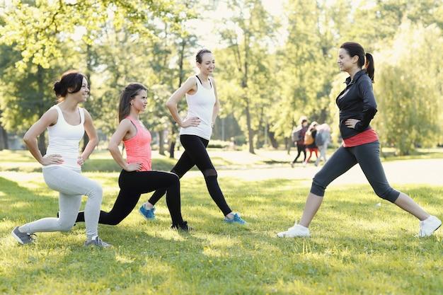 Группа женщин занимается спортом на открытом воздухе