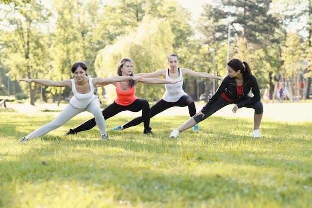 屋外スポーツをしている女性のグループ