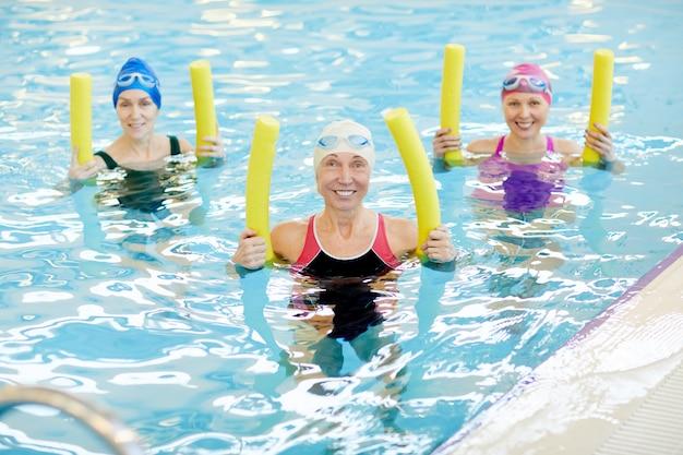 水エアロビクスをしている女性のグループ