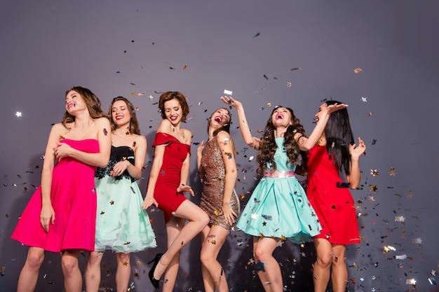 Группа женщин, одетых элегантно