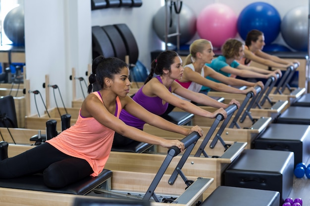 改質装置で運動している女性のグループ