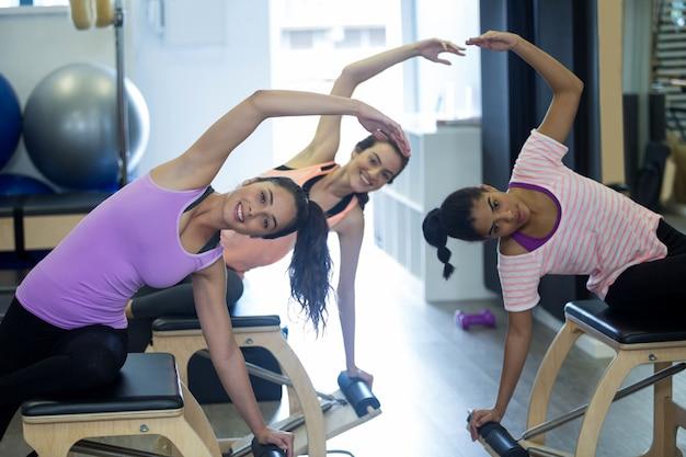 Группа женщин, тренирующихся на стуле вунда