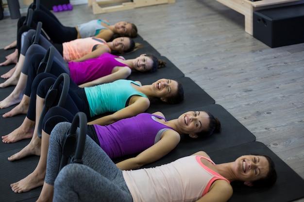 Группа женщин, тренирующихся с кольцом для пилатеса