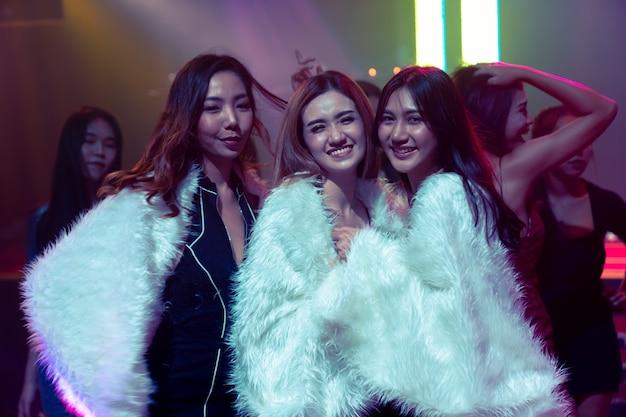 댄스 클럽에서 파티에서 재미 여자 친구의 그룹