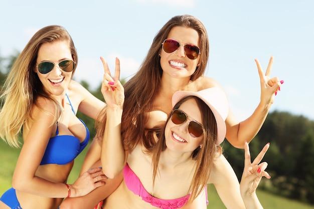 야외에서 재미 bikin에서 여성 그룹