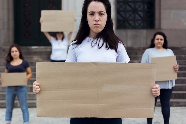 권리를 위해 함께 행진하는 여성 그룹