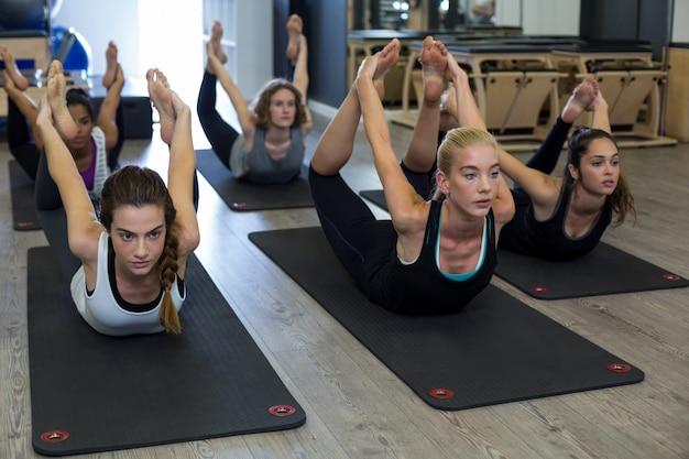 Группа женщин, выполняющих упражнения на растяжку