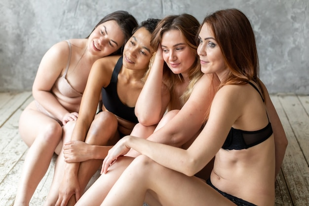 속옷에 포즈를 취하는 여성 그룹