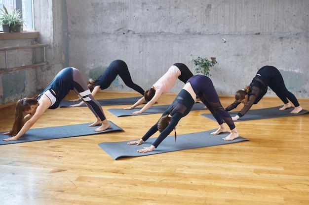 ホールで練習している女性のグループ。