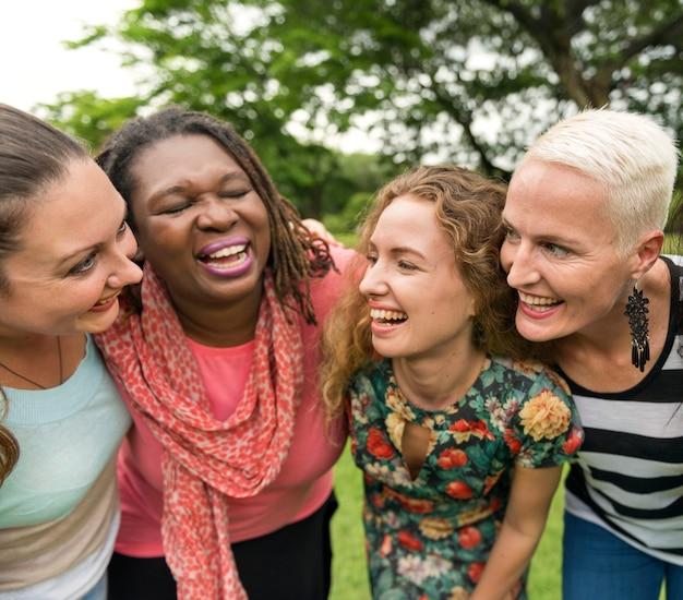 女性のグループはチームワーク幸福概念を社交