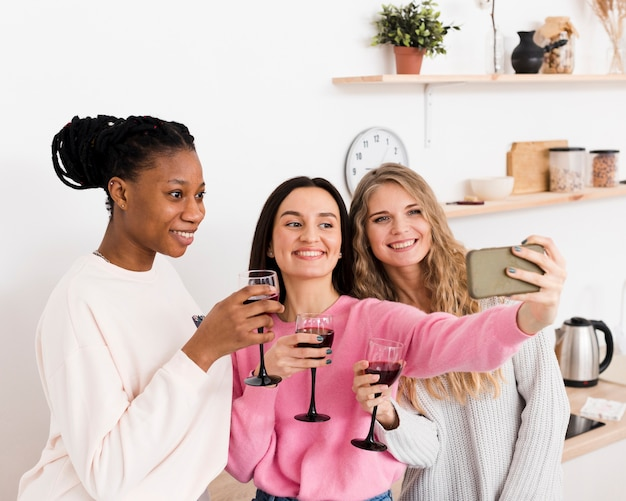 Selfieを一緒に取っている女性のグループ