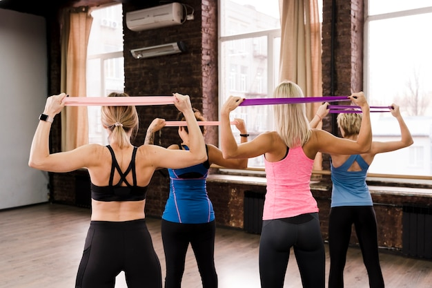 Группа женщин, занимающихся вместе в тренажерном зале