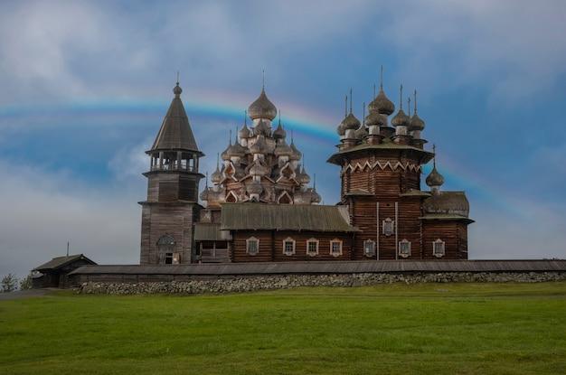 Группа деревянных церквей и колокольня кижского погоста на острове кижи на онежском озере, карелия россия на фоне радуги