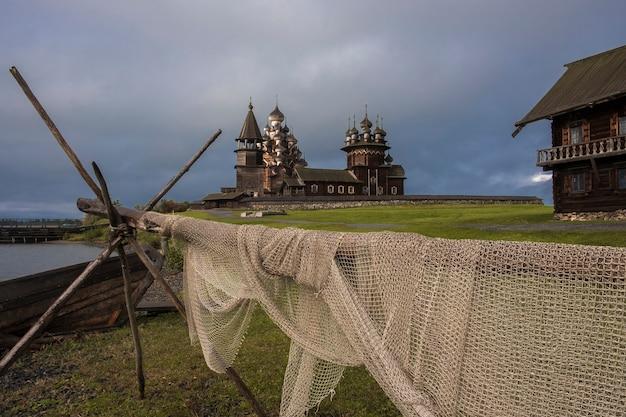 Группа деревянных церквей и колокольня кижского погоста на острове кижи на онежском озере, карелия россия